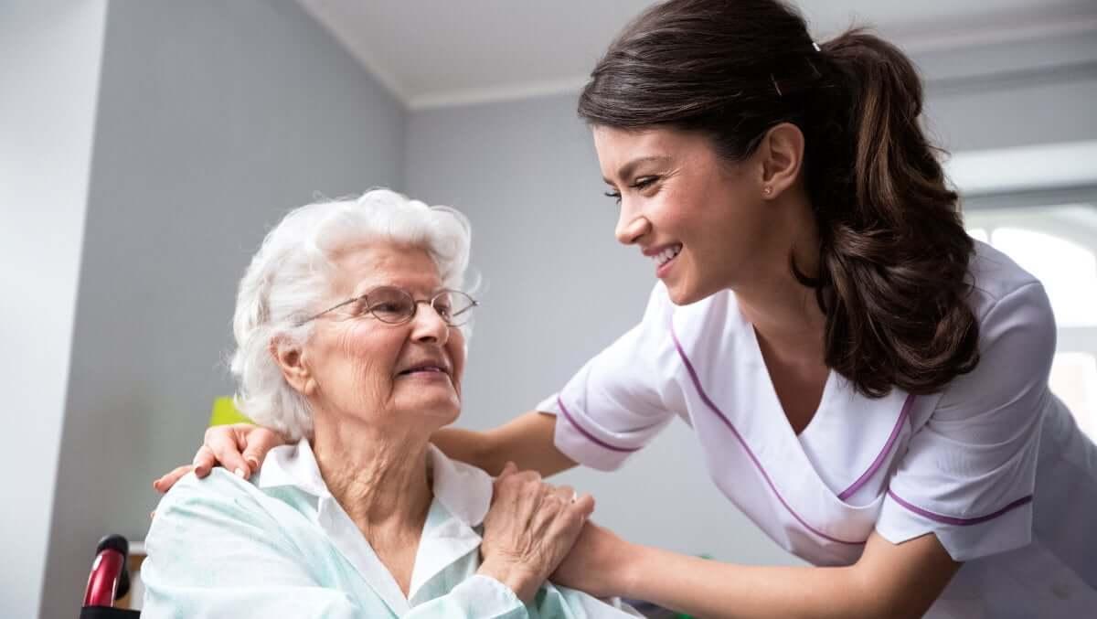 Rentnerin schätzt die liebevolle Seniorenbetreuung.
