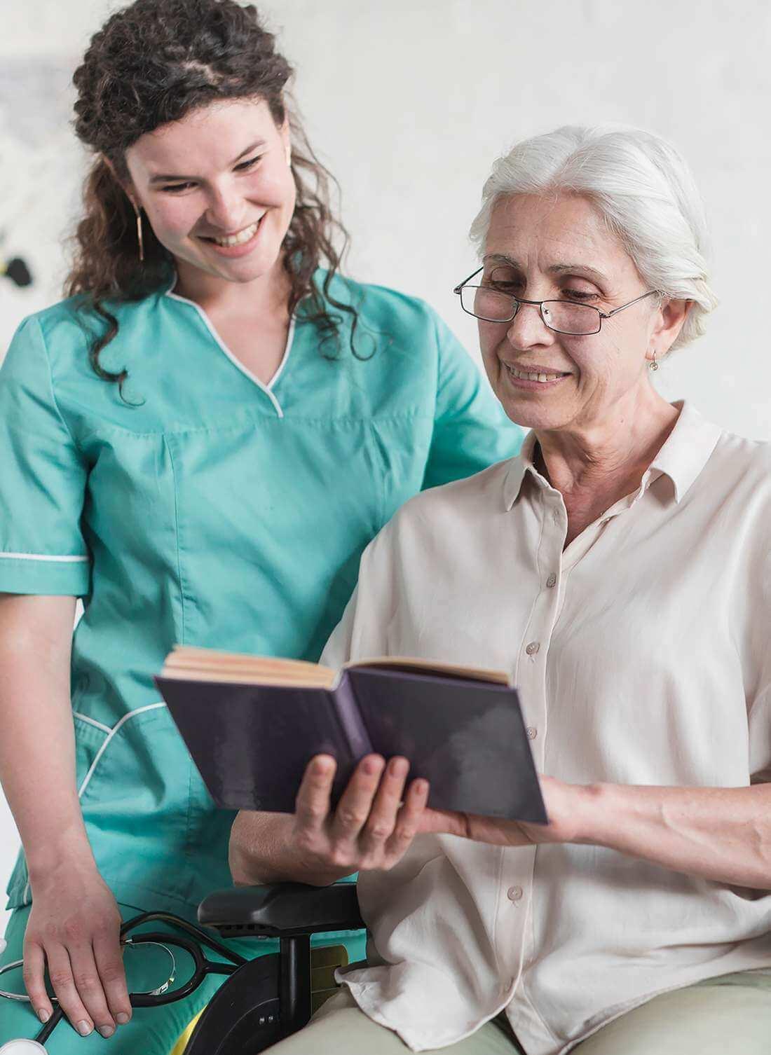 Eine Rentnerin unterhält sich, in ihrem Zuhause in Bettingen, mit ihrer Betreuerin über spannende Lektüre.